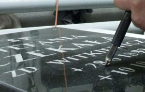 Ręczne kucie napisu w kamieniu